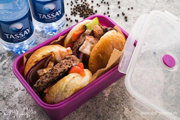 Уложите бургеры в контейнеры, положите бутылку газированной воды Tassay — сытная ссобойка готова!
