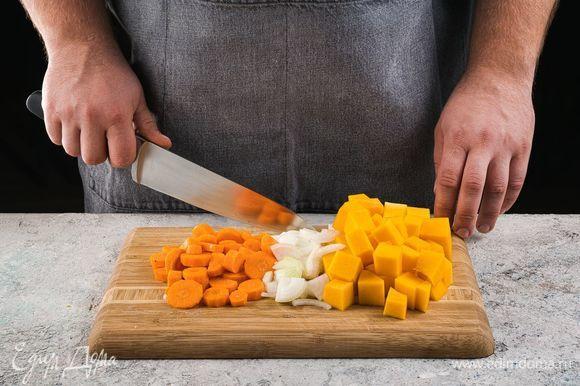 Нарежьте тыкву и морковь на небольшие кубики. Лук мелко покрошите.