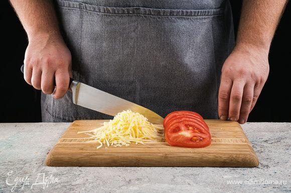 Нарежьте помидоры кружочками, сыр натрите на крупной терке.