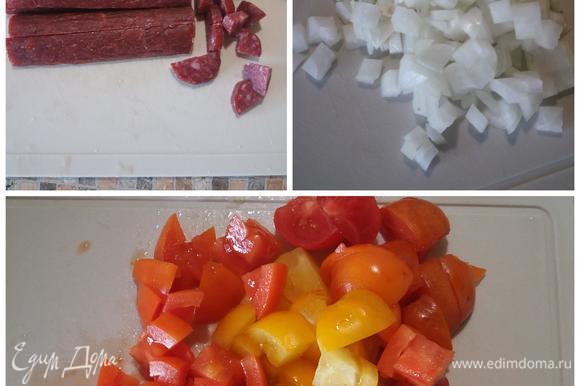 Колбасу, лук, томаты нарезать кубиком. Желающие могут снять кожицу с томатов.