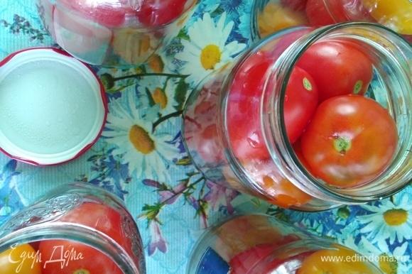 В чистые стерилизованные банки выложить помидоры поплотнее. Вскипятить чайник и залить кипятком помидоры. Накрыть, не закручивая крышками, и оставить на 15 минут. Воду слить, она не нужна.