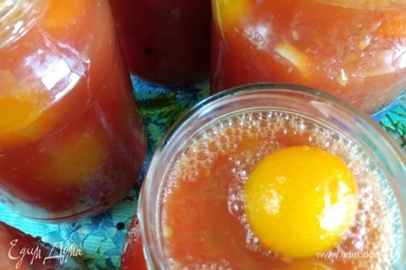 Залить помидоры кипящим соком до самого верха банки, закрутить крышками. Уксус я не добавляю, помидоры сами по себе являются отличным консервантом.