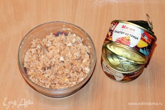 Приготовим начинку. К отваренному рису добавляем паштет из тунца ТМ «Магуро» (1/2 банки), натертое на крупной терке вареное яйцо и 1 маленький яичный белок, перемешиваем. Делим начинку на 10 частей. Сырой белок добавлен для того, чтобы сохранить целостность начинки при выпекании, скрепляет ее.