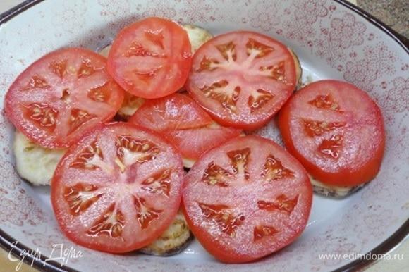 Сверху выложить нарезанные кружочками помидоры, посыпать орегано и перцем. Я не солила, поскольку брынза достаточно соленая.