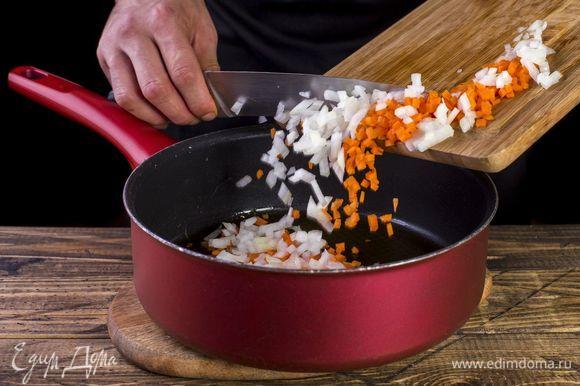 В сковороду налейте растительное масло. Добавьте лук и морковь, тушите до мягкости.