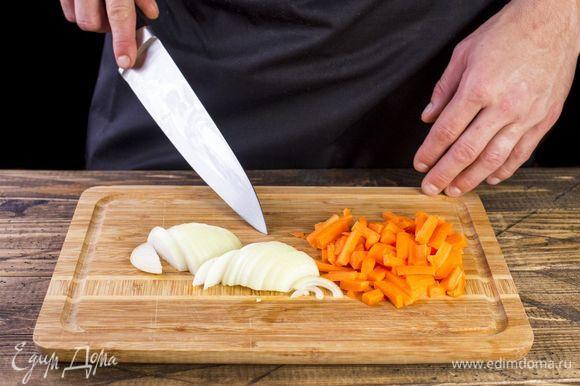 Лук нарежьте полукольцами, а морковь маленькими брусочками.