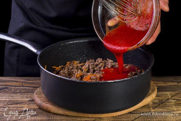 Получившийся сок добавьте к мясу, когда оно посветлеет.