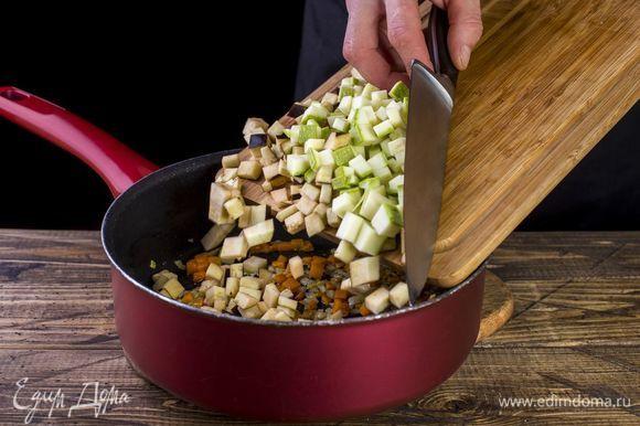 Добавьте остальные овощи. Немного обжарьте.