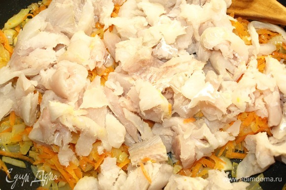 В сковороде разогреть растительное масло и 15 г сливочного масла. Добавить лук и чеснок, готовить до мягкости лука, добавить морковь и готовить 2–3 минуты. Добавить рыбу и готовить 1 минуту.