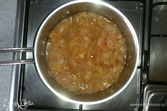 Добавляем в кастрюлю сахар, соль и молотую смесь перцев. Продолжаем тушить около 5 минут под крышкой, периодически помешивая, чтобы смесь не подгорала.