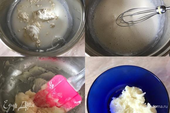 Сначала нам надо приготовить тан чжон (стартер) и дать ему остыть до комнатной температуры. Итак, в кастрюльке смешать воду, молоко и муку. Хорошо перемешать, у нас не должно быть комочков. Потом поставить смесь на медленный огонь и варить, помешивая, до загустения (3–5 минут). Затем готовый стартер переложить в миску и остудить.