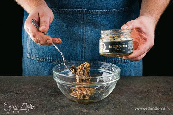 Выложите в миску шпроты в масле ТМ «Капитан Вкусов», разомните вилкой.