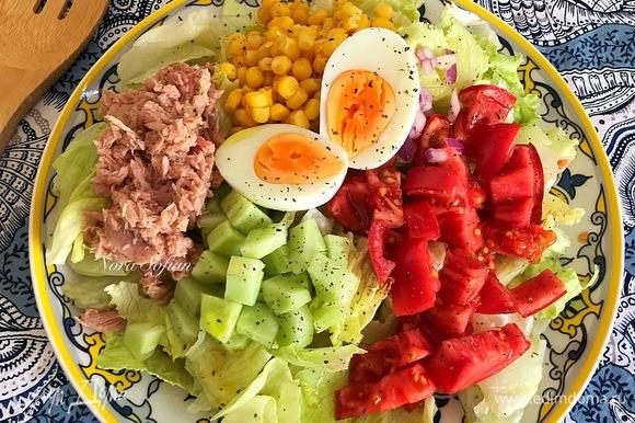 Украшать салат можно слоями, можно выкладывать каждый ингредиент отдельно, как это сделала я, словом, как вам больше нравится.