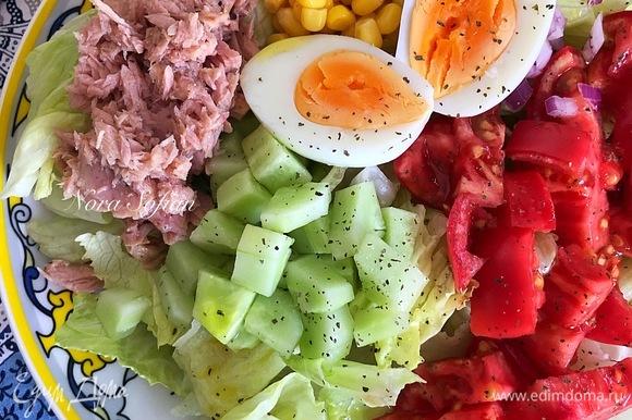 Готовый салат посолить, посыпать орегано, полить лимонным соком, оливковым маслом и подавать.