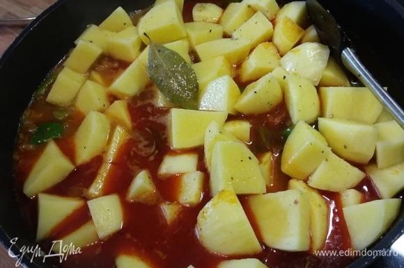 Влить вино, воду, выложить картофель, лавровый лист, посолить и поперчить. Тушить на среднем огне до готовности картофеля.