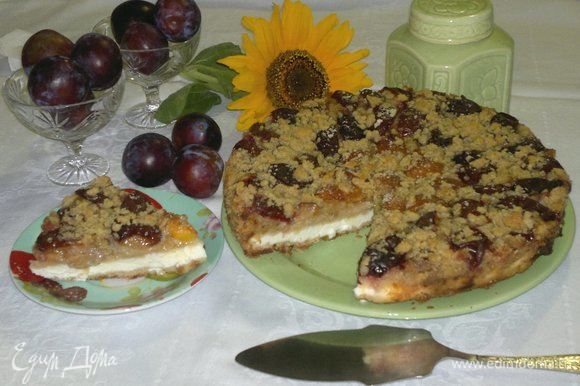 Разрезать пирог на порции и подать к чаю или кофе. Угощайтесь! Приятного аппетита!