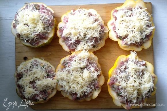 Посыпать половинки патиссонов оставшимся сыром.