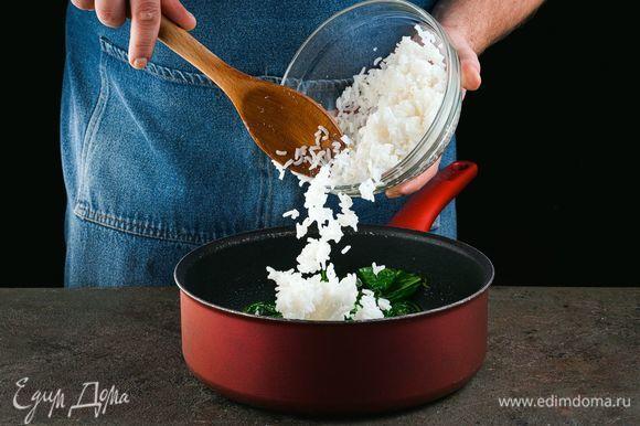 Добавьте рис и тушите, помешивая, 3 минуты.