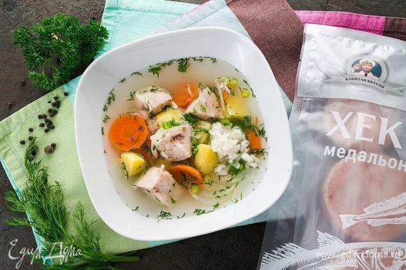 Разлейте суп по тарелкам и посыпьте сверху мелко нарезанной зеленью.