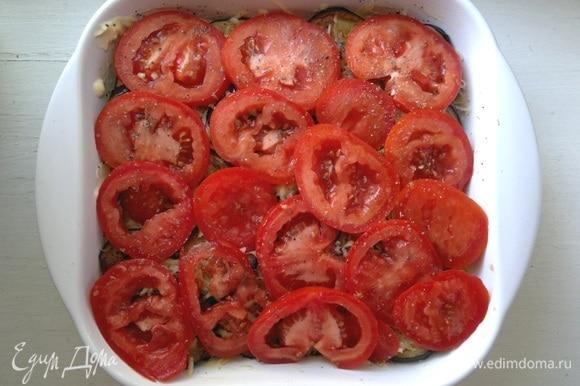 Выложить кружки помидоров в форму.