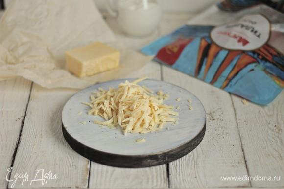 Натираем на крупной терке сыр.