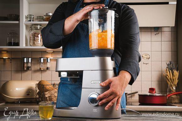 Установите на кухонную машину KENWOOD насадку-блендер. Положите в чашу блендера вареную морковь, картофель, запеченный перец, обжаренный лук с чесноком. Добавьте немного овощного бульона. Измельчите овощи до состояния пюре. Если понадобится, добавьте еще бульона.