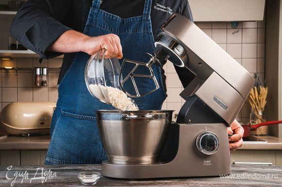 Далее добавьте в чашу просеянную пшеничную муку с разрыхлителем. Смешайте все хорошо с помощью насадки К-образной насадки для смешивания.