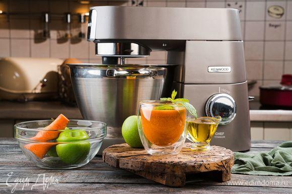 Если использовали кислые яблоки, добавьте сахар по вкусу. Подавайте сок с оливковым маслом и веточкой мяты. Витаминный напиток готов. Будьте здоровы!