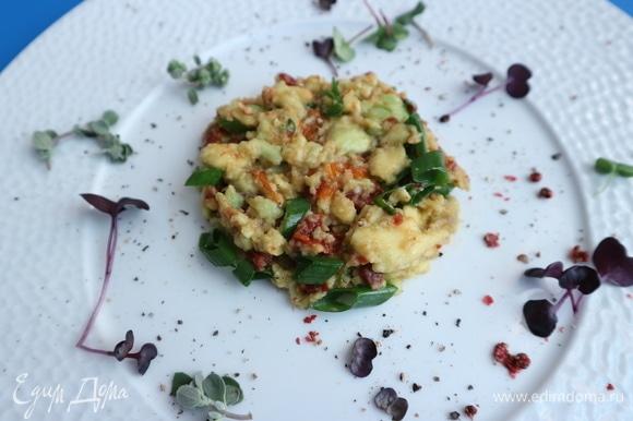На тарелку поместить часть гуакамоле, по форме примерно равную медальону из тунца, декорировать блюдо.