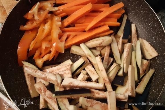 В разогретую сковороду с оливковым маслом поместите подготовленные овощи.