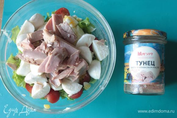 Добавьте в салат консервированного тунца ТМ «Магуро», тщательно его размяв. Оливки нарежьте кружочками или четвертинками. Для заправки я чаще всего использую оливковое масло из-под тунца — получается очень вкусно. При желании можно заменить оливки на маслины, но мне больше нравится вкус именно с оливками.