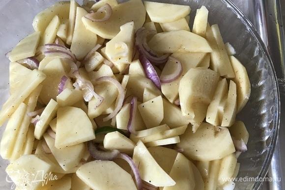 Форму накрыть фольгой и поставить в духовку примерно на 30–35 минут.