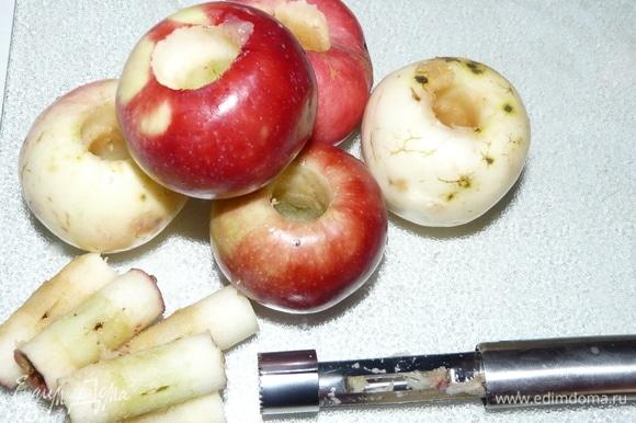 Начинаем с яблок: вырезать сердцевину и очистить от кожицы, можно не полностью.