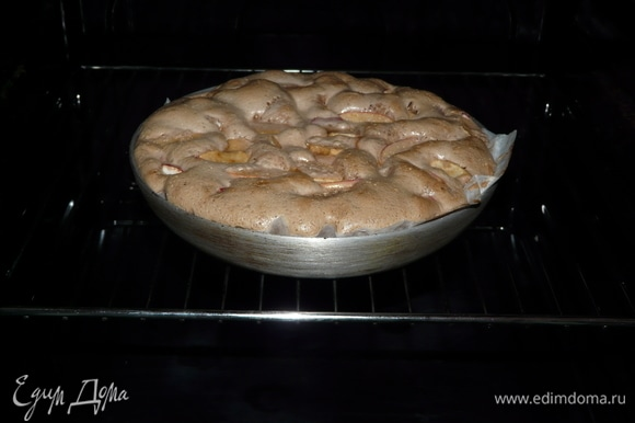 Предварительно разогреваем духовой шкаф до температуры 180–200°C. И ставим пирог выпекаться на 40 минут.