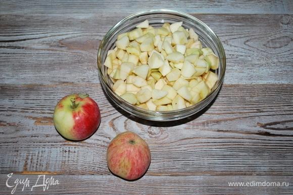 Подготовьте яблоки. Очистите от кожуры и семян. Нарежьте яблоки. Вес очищенных яблок — 600 г.