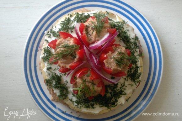 Выложить половинки помидоров с паштетом на верхний блинчик с сыром. Украсить отложенным луком, посыпать оставшимся укропом.
