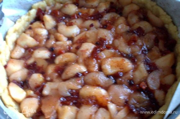 Готовую начинку можно прямо со сковороды вылить в корж.