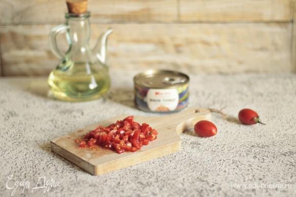 Мелко нарежем томаты черри и покроем сверху наш салат. Чуть поперчим и посолим, заправим оставшимся маслом и сбрызнем соком лимона.