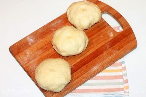 Затем тесто разделить на 3 части. Форму для выпечки застелить бумагой и смазать сливочным маслом (1 ч. л.).