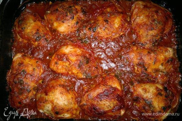 По истечении времени куриные бедра в томатной заливке готовы. Достать их из духовки.