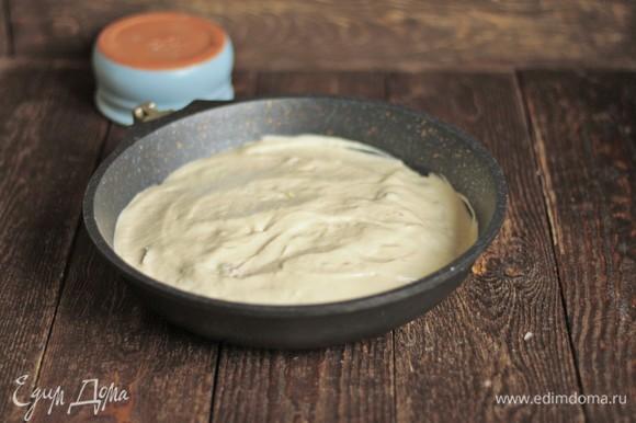 Заливаем начинку тестом и отправляем в разогретую до 180°C духовку на 35–40 минут.