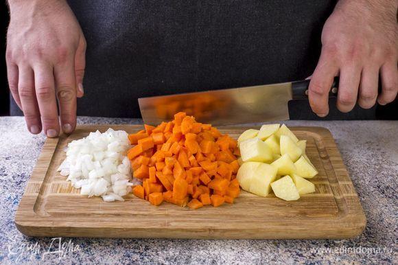 Мелко порубите лук, морковь и картофель нарежьте кубиками.