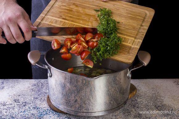 Добавьте в суп нарезанные помидоры черри и рубленную петрушку. Варите до готовности овощей.