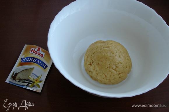 Всыпать просеянную с разрыхлителем муку и замесить мягкое песочное тесто.