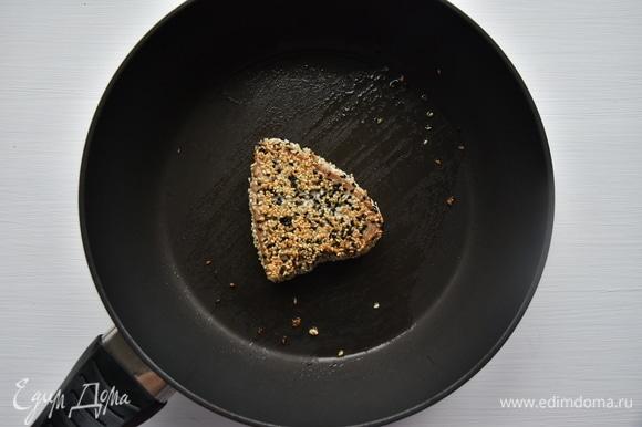 В сковороде разогреть немного растительного масла и обжарить филе на среднем огне по 1 минуте с двух сторон.