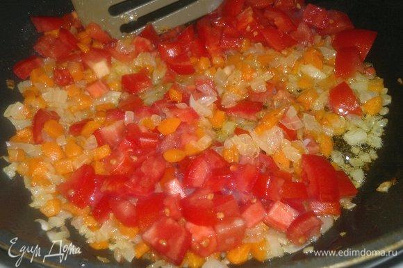 Выложить помидоры в сковороду, перемешать и обжаривать вместе 5–7 минут.