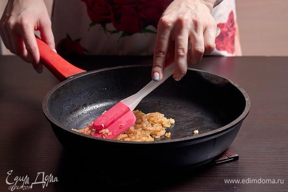 Лук до румяности поджарьте на сливочном масле.