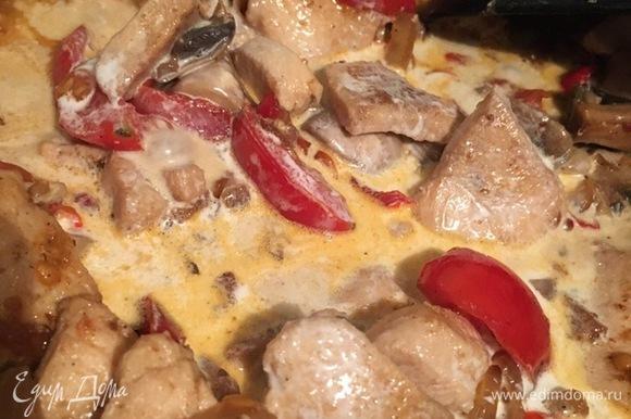 Когда помидоры стали мягче и начали смешиваться с остальными продуктами, добавляем прямо в сковороду 20% сливки и перемешиваем. Когда сливки начинают закипать, постоянно помешиваем и добавляем приправу для мяса либо просто орегано. Доводим до кипения и держим несколько минут, не прекращая помешивать. Накрываем крышкой и снимаем с огня. Сливаем спагетти, по желанию добавляем сливочное масло.