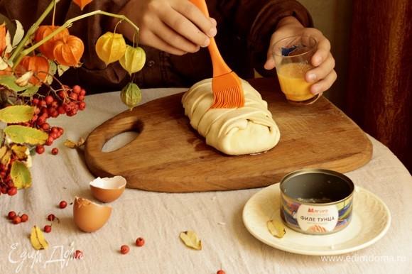 Готовый полуфабрикат смазываем взбитым яйцом и отправляем в заранее нагретую до 180°C духовку на 30–35 минут.
