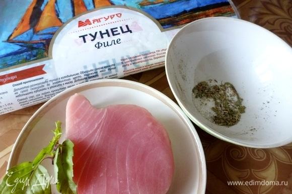 Подготовить ингредиенты для засола рыбы. Кусочек филе тунца разморозить. Отмерить по трети чайной ложки всех специй. Лавровый лист, семена кориандра и фенхеля размять. Смешать соль и специи вместе. Нарезать листики базилика. Конечно же, специи вы можете взять по своему вкусу.